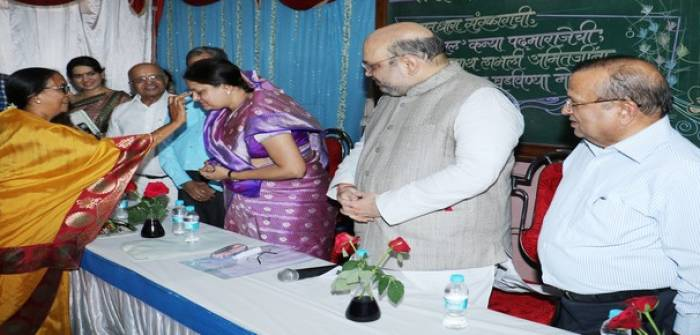 Mrs.Sonal Amit Shah felicitated by Prin.Prachi Gholap(PPGH) and Hon.Mr.Amit Shah(President of BJP)