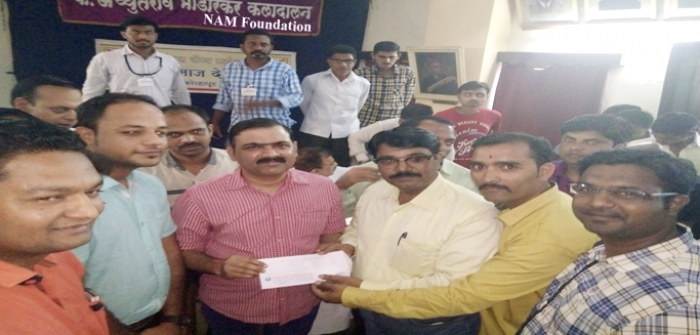 Sou.S.M.Lohia Ex.students batch of Year 2000 donated Rs.25000 to NAM Foundation(Mr.Makrand Anaspure) , Prin.S.S.Chavan